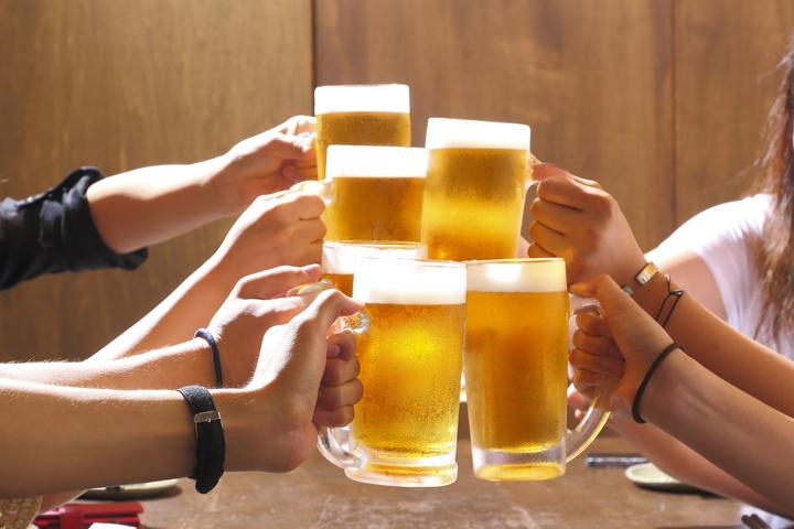 https://robert-parker-content-prod.s3.amazonaws.com/media/image/2018/09/24/4ba18a628cdd4c3f8c5ba673d5d15b5c_german_beer_guide_cheers_INLINE.jpg
